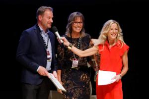 Katarina och Christian får pris. Foto: Filip Andersson